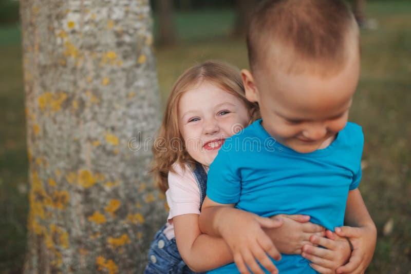 Fotografia szczęśliwi dzieci w parku zdjęcia royalty free