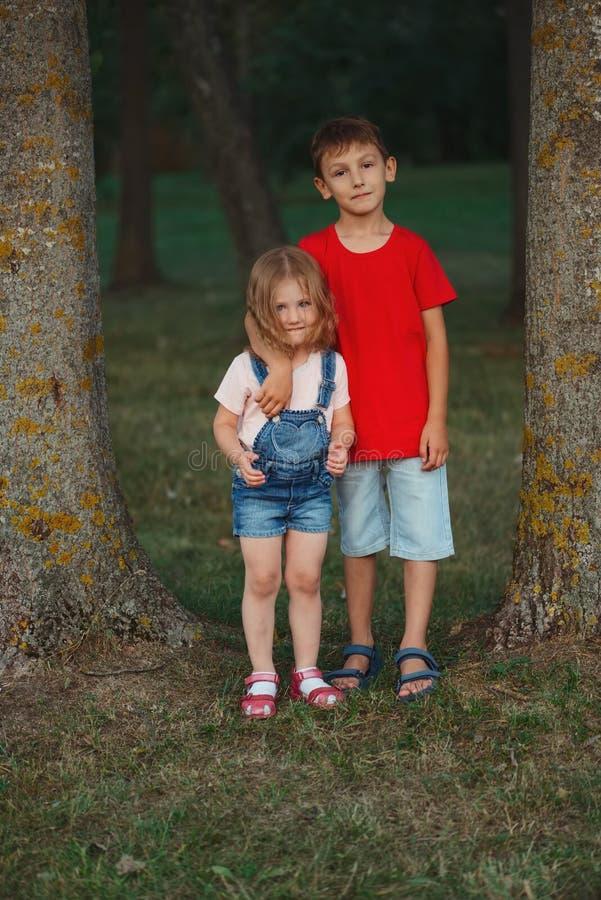 Fotografia szczęśliwi dzieci w parku zdjęcia stock