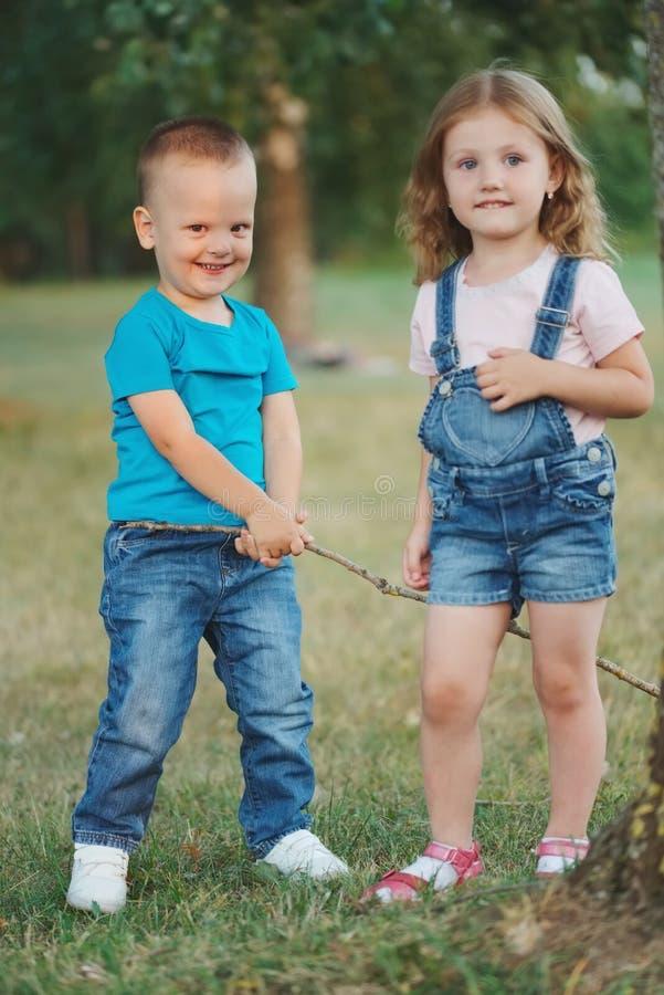 Fotografia szczęśliwi dzieci w parku zdjęcie stock