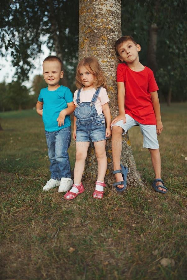 Fotografia szczęśliwi dzieci w parku zdjęcie royalty free