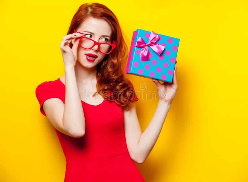 Fotografia trzyma ślicznego prezent na wonderfu piękna młoda kobieta zdjęcie stock