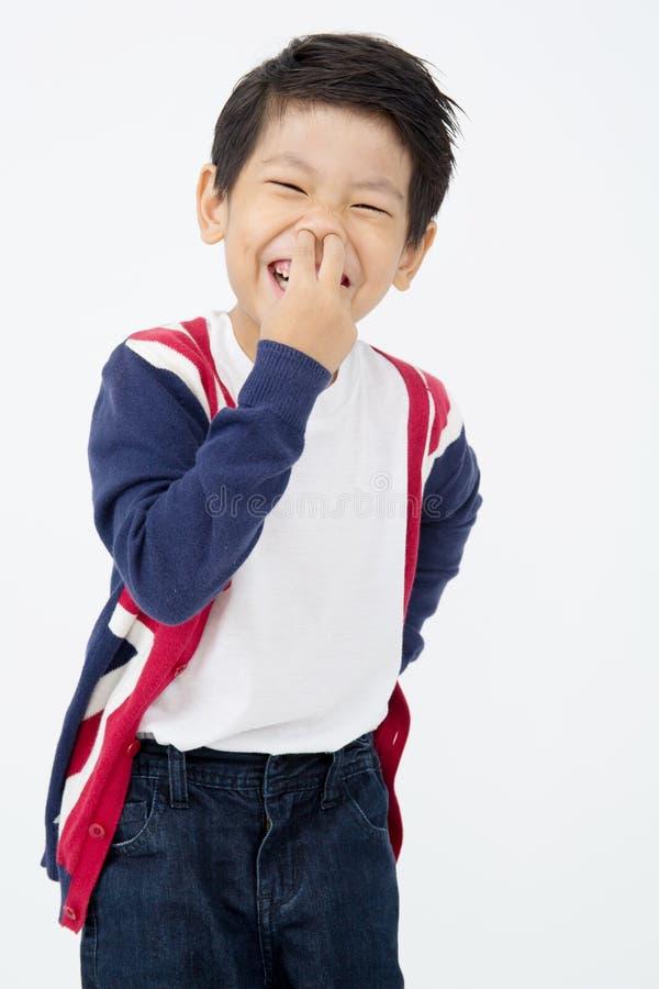Fotografia urocza młoda szczęśliwa azjatykcia chłopiec patrzeje kamerę zdjęcie stock