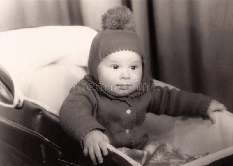 Fotografia velha de um bebê pequeno em um pram fotos de stock