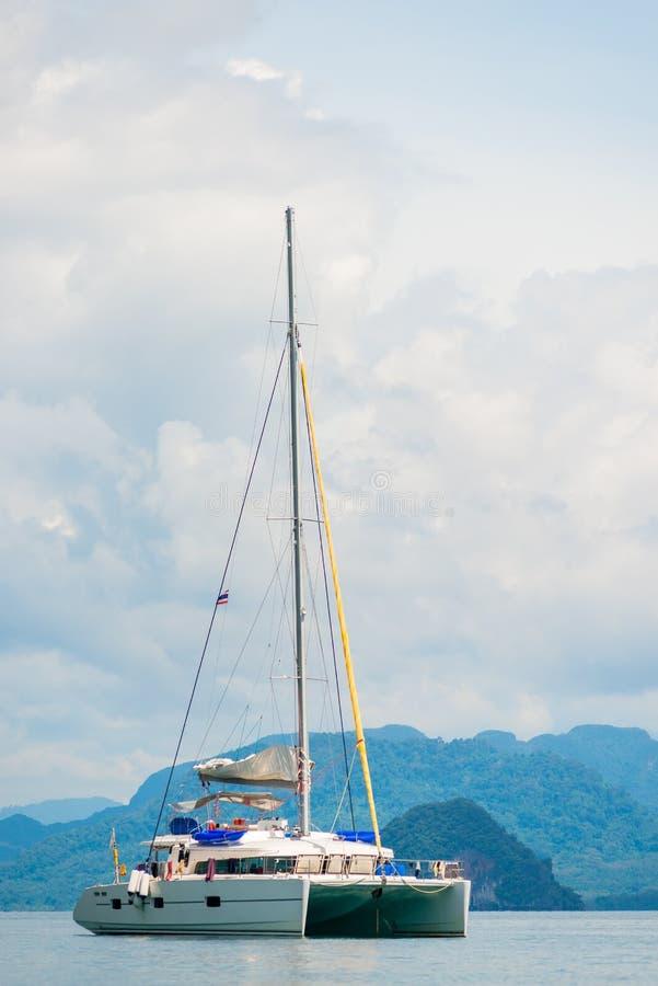 Fotografia verticale dell'yacht bianco di lusso fotografia stock