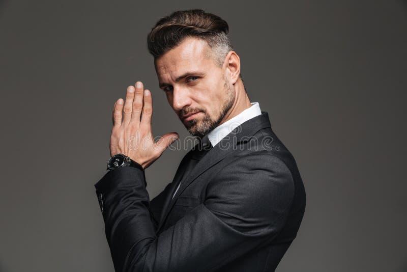 Fotografia w profilu elegancki dorosły mężczyzna 30s w czarny kostiumu patrzeć fotografia royalty free