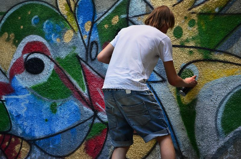 Fotografia w trakcie rysować graffiti wzór na starej betonowej ścianie fotografia royalty free