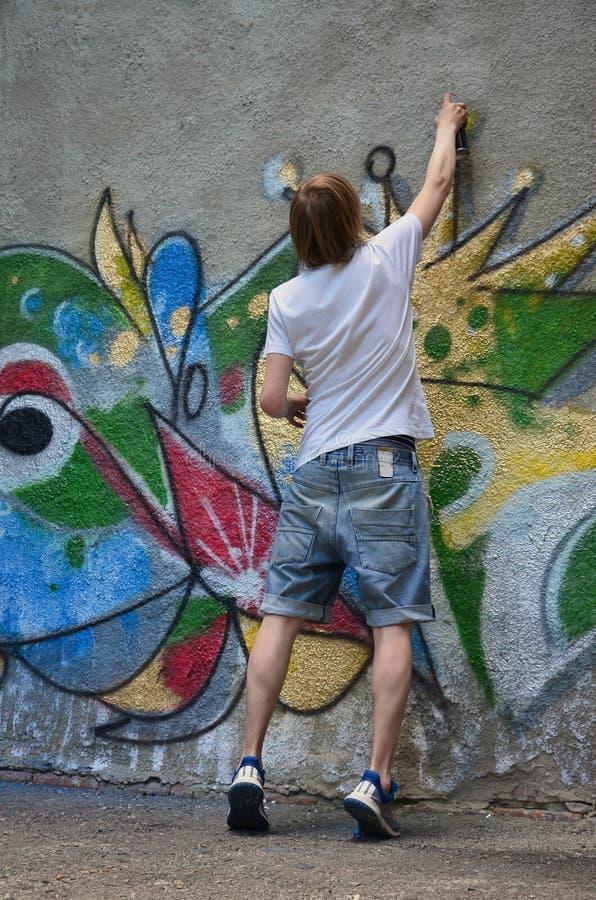 Fotografia w trakcie rysować graffiti wzór na starej betonowej ścianie zdjęcia stock