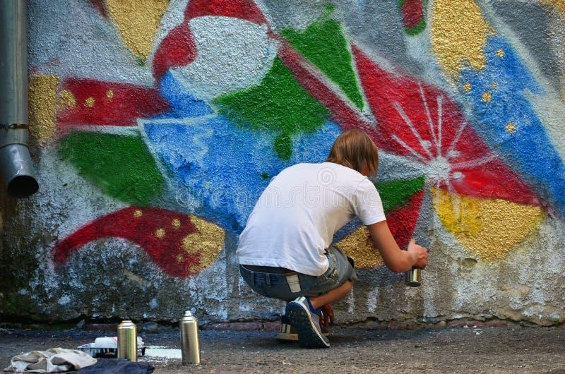 Fotografia w trakcie rysować graffiti wzór na starej betonowej ścianie fotografia stock