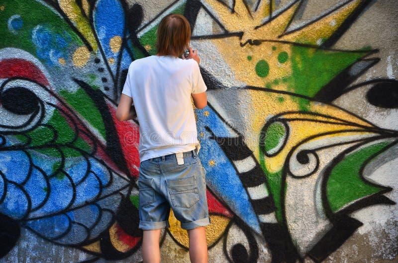 Fotografia w trakcie rysować graffiti wzór na starej betonowej ścianie obraz royalty free