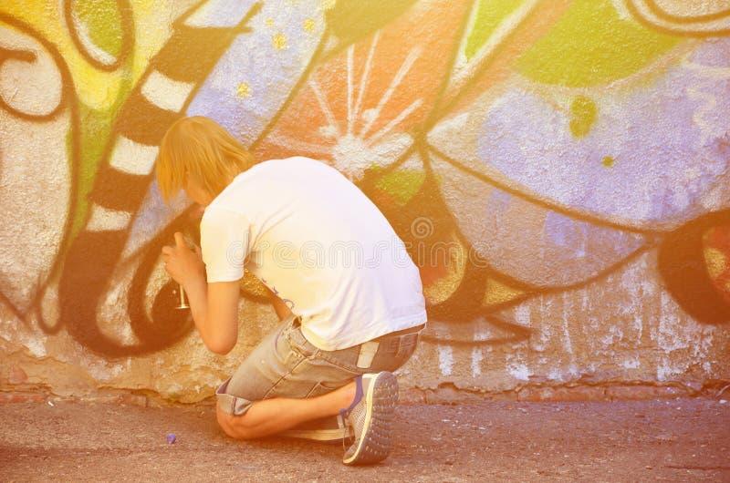 Fotografia w trakcie rysować graffiti wzór na starym przeciwie obraz stock
