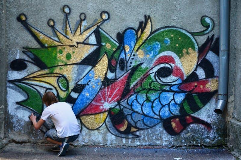 Fotografia w trakcie rysować graffiti wzór na starym przeciwie zdjęcia royalty free