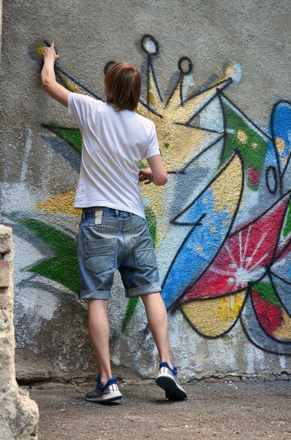 Fotografia w trakcie rysować graffiti wzór na starym przeciwie zdjęcie stock