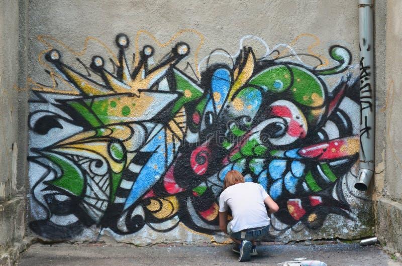 Fotografia w trakcie rysować graffiti wzór na starym przeciwie obrazy royalty free