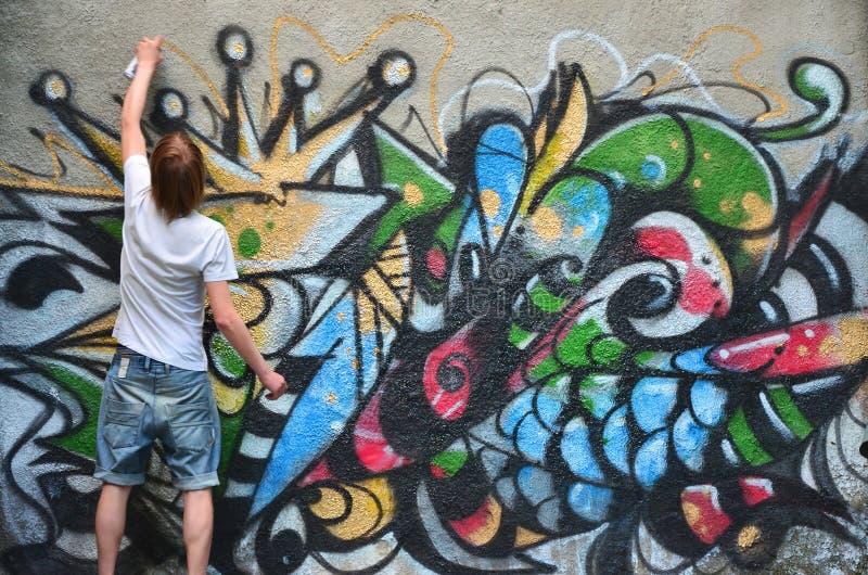 Fotografia w trakcie rysować graffiti wzór na starym przeciwie fotografia stock