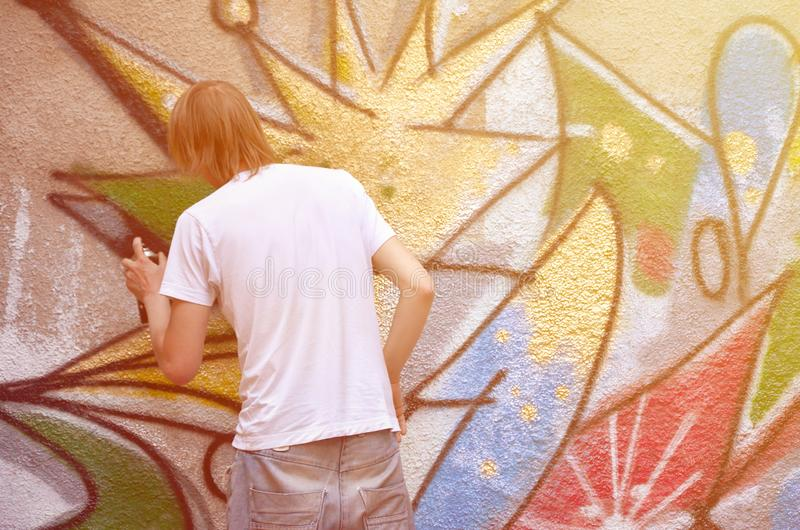 Fotografia w trakcie rysować graffiti wzór na starym przeciwie zdjęcie royalty free