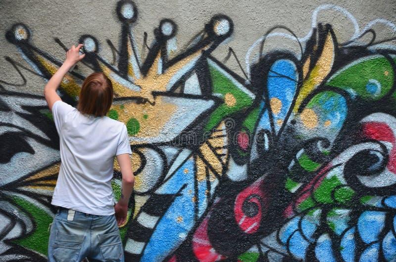 Fotografia w trakcie rysować graffiti wzór na starym przeciwie fotografia royalty free