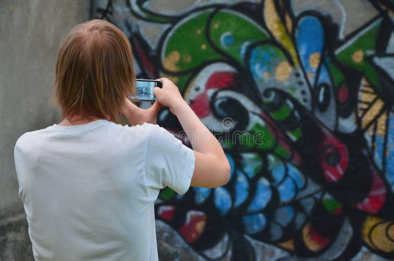 Fotografia w trakcie rysunkowych graffiti na starej betonowej ścianie obrazy royalty free