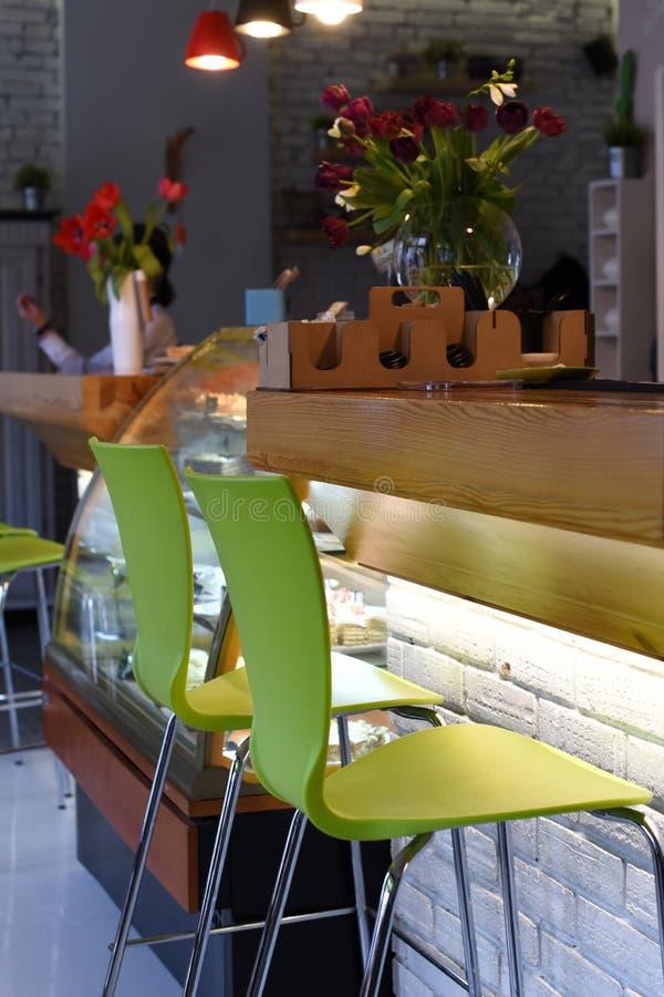 Fotografia wnętrze wygodna nowożytna miastowa kawiarnia z depresji ciepłym światłem nikt inside i zdjęcia stock
