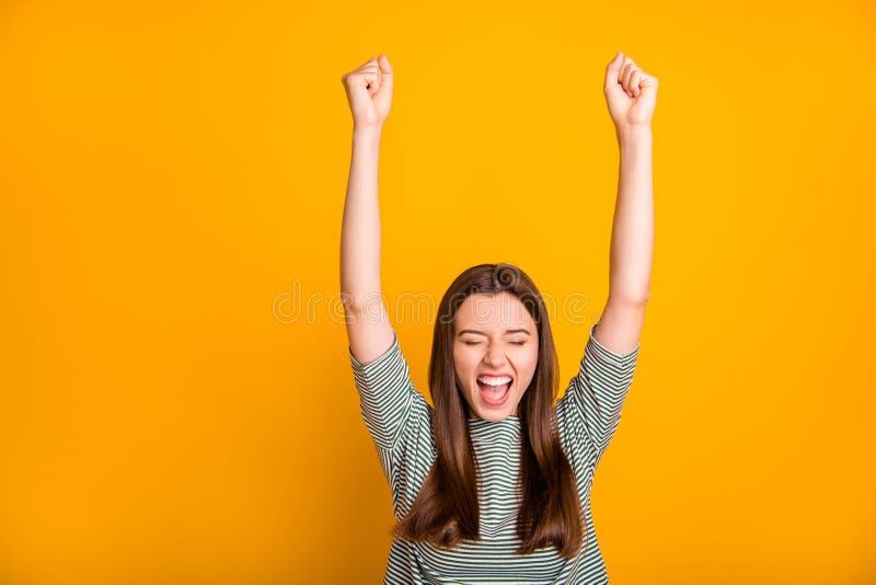 Fotografia z podnieceniem zachęcająca dziewczyna w końcu rozwodzi się z jej złym mężem podczas gdy odizolowywający z żółtym tłem fotografia stock