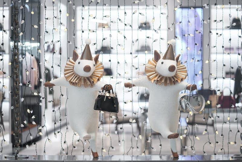 Fotografia zakupy pokaz 2 świni z Powozową torebką Trenera pokazu sklepowa dekoracja zdjęcia stock
