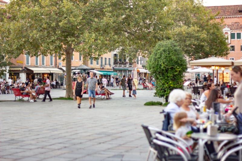 Fotografias que retratam Veneza de forma diferente, caótica e lotada, cheias de turistas e pessoas à volta, crianças que vivem  imagem de stock royalty free