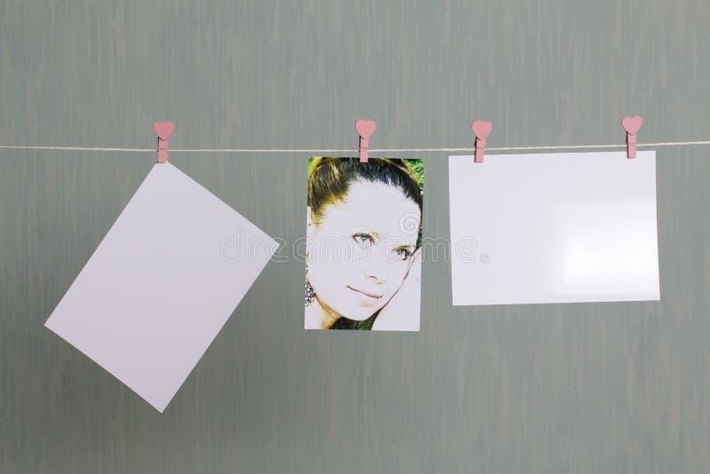 Fotograficzni druki wieszają i suszą po rozwijać na sznurze obrazy royalty free