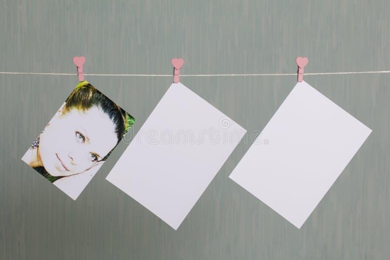 Fotograficzni druki wieszają i suszą po rozwijać na sznurze fotografia royalty free