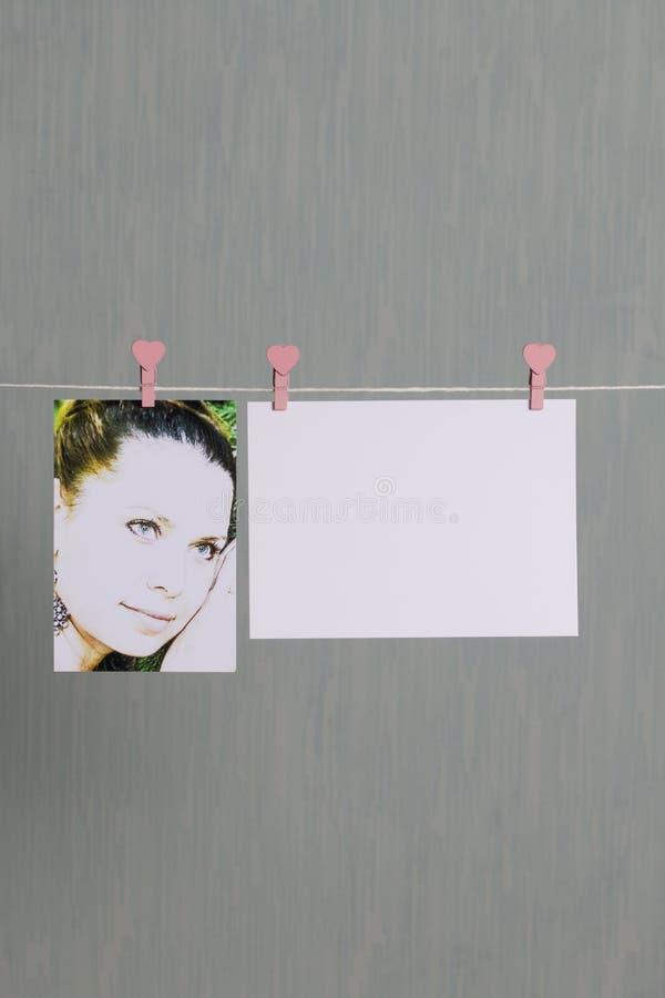 Fotograficzni druki wieszają i suszą po rozwijać na sznurze obrazy stock