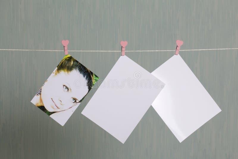 Fotograficzni druki wieszają i suszą po rozwijać na sznurze fotografia stock