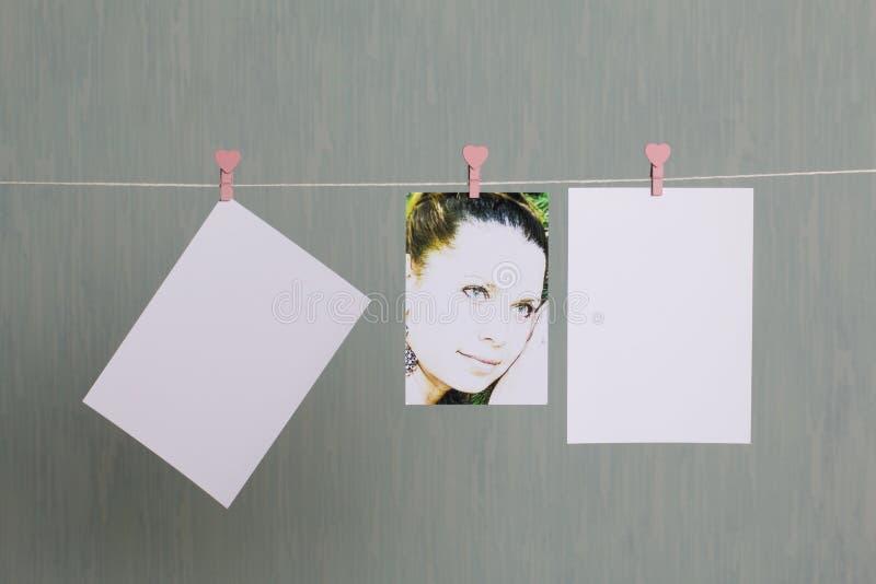 Fotograficzni druki wieszają i suszą po rozwijać na sznurze obraz stock