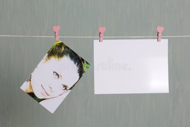 Fotograficzni druki wieszają i suszą po rozwijać na sznurze zdjęcia stock