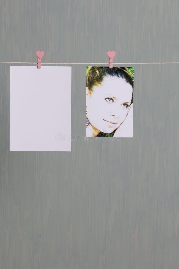 Fotograficzni druki wieszają i suszą po rozwijać na sznurze zdjęcia royalty free