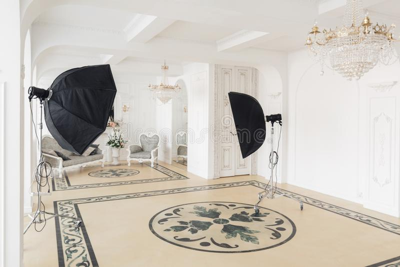 Fotograficzny studio z nowożytnym oświetleniowym wyposażeniem Lekkiej wiosny izbowy pracowniany wnętrze Luksusowy wystrój z świat zdjęcia royalty free