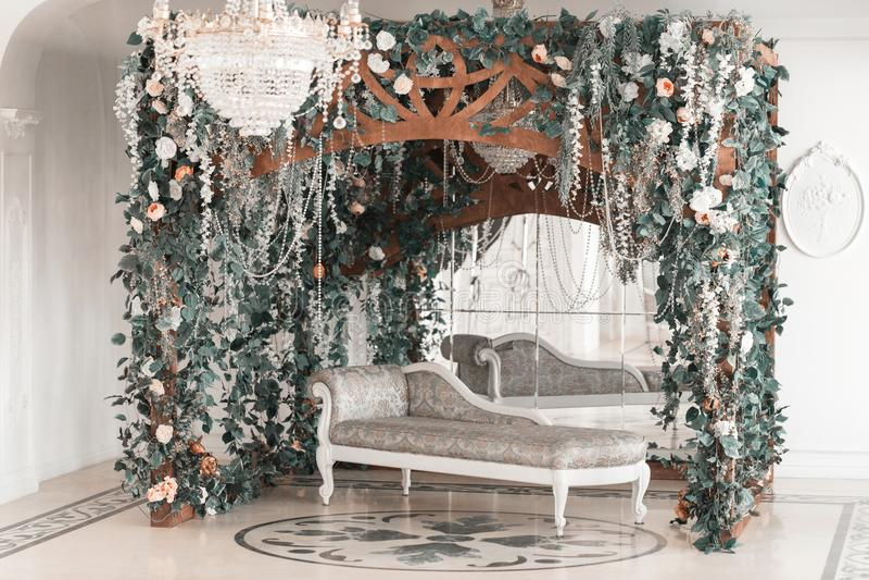Fotograficzny studio z nowożytnym oświetleniowym wyposażeniem Lekkiej wiosny izbowy pracowniany wnętrze Luksusowy wystrój z świat obraz royalty free