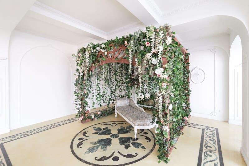 Fotograficzny studio z nowożytnym oświetleniowym wyposażeniem Lekkiej wiosny izbowy pracowniany wnętrze Luksusowy wystrój z świat zdjęcia stock