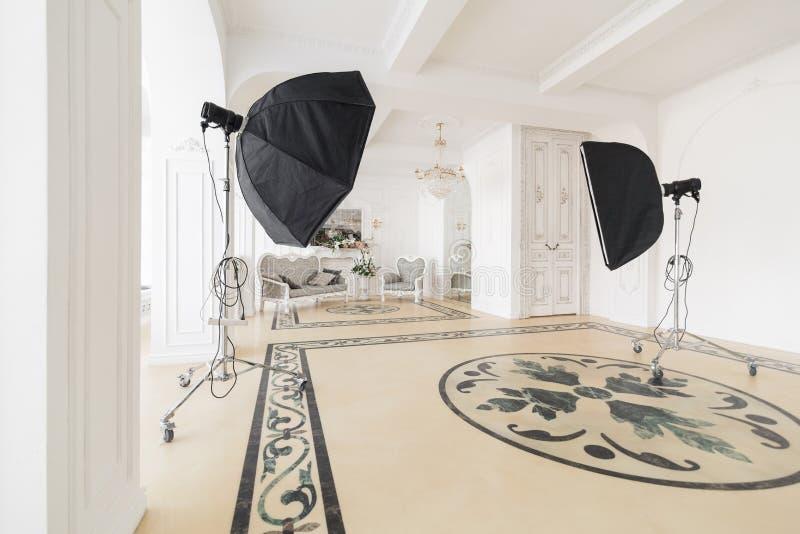 Fotograficzny studio z nowożytnym oświetleniowym wyposażeniem Lekkiej wiosny izbowy pracowniany wnętrze Luksusowy wystrój z świat obrazy stock