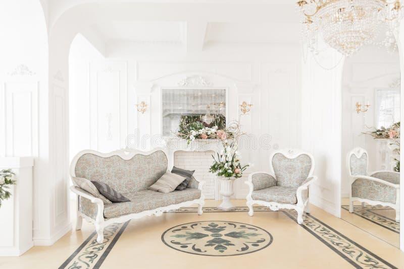 Fotograficzny studio z nowożytnym oświetleniowym wyposażeniem Lekkiej wiosny izbowy pracowniany wnętrze Luksusowy wystrój z świat obrazy royalty free