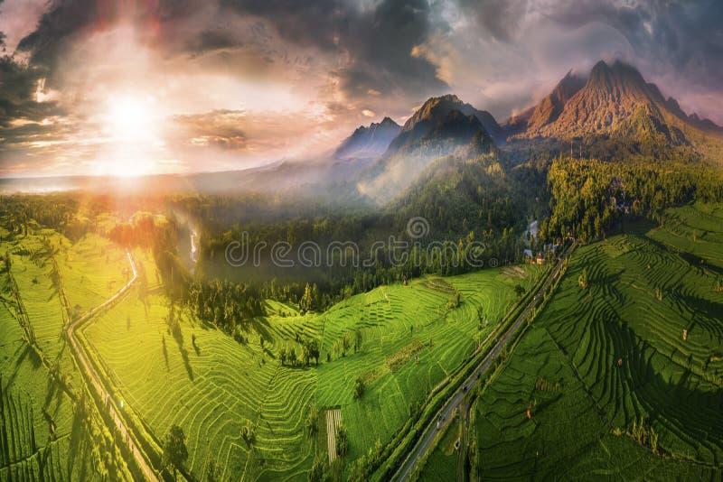 Fotografie aeree di montagne straordinarie con nebbia e nuvole, cielo incredibile, il sole che brilla vivacemente sul piatto di r immagini stock libere da diritti