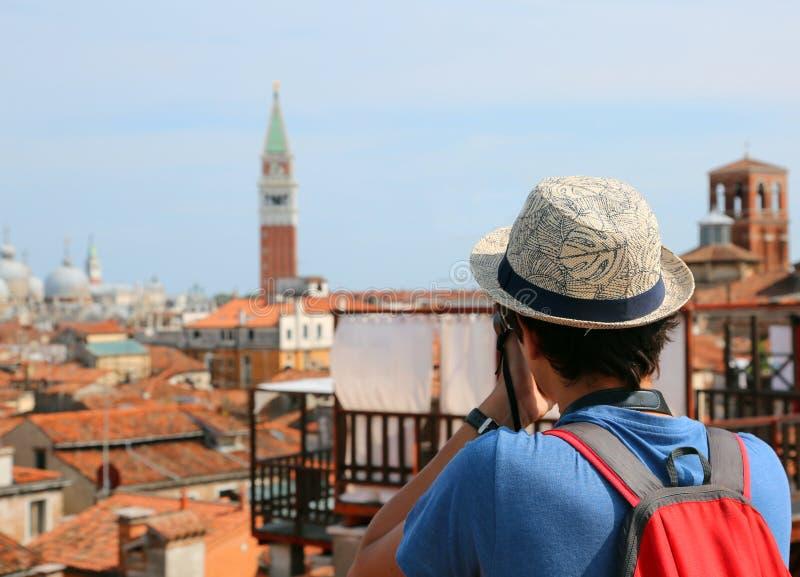 Fotografie del ragazzo il campanile della basilica di San Marco nella V immagini stock libere da diritti