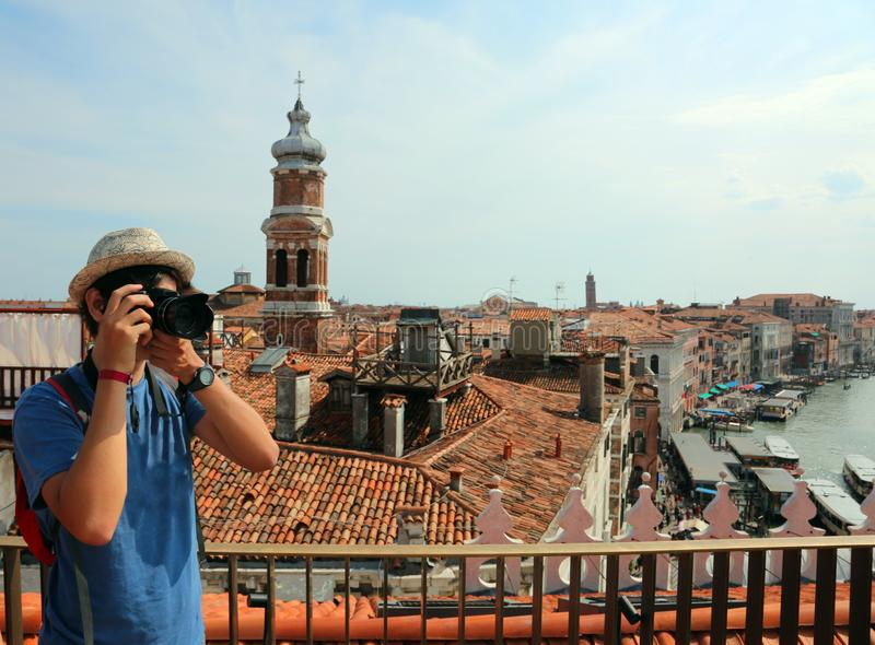 Fotografie del ragazzo il panorama di Venezia da sopra immagini stock libere da diritti