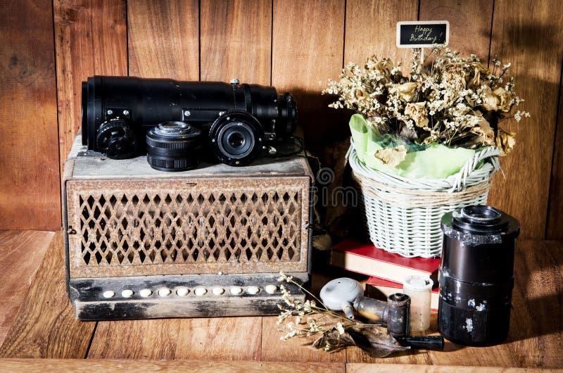 Fotografie der Stilllebenschönen kunst auf Konzeptweinlese mit Kamera lizenzfreie stockbilder