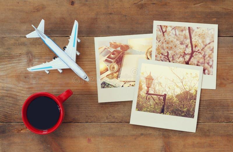 Fotografie di istante di viaggio accanto alla tazza di caffè ed all'aeroplano fotografie stock libere da diritti