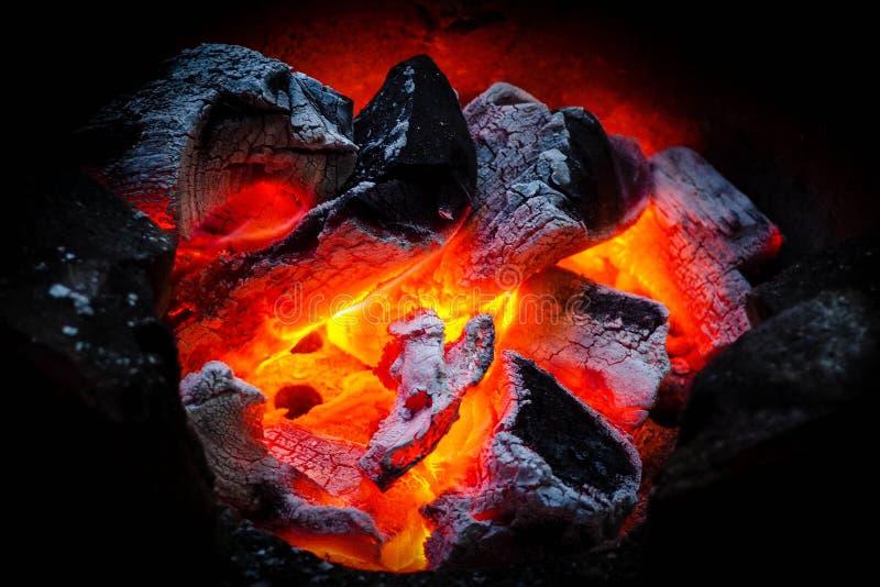 Fotografie van houtskoolbrand in een open haard stock foto