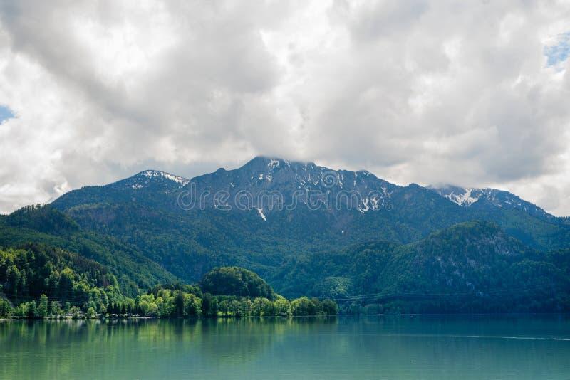 Fotografie von einem See mit großem Berg am Horizont lizenzfreie stockbilder