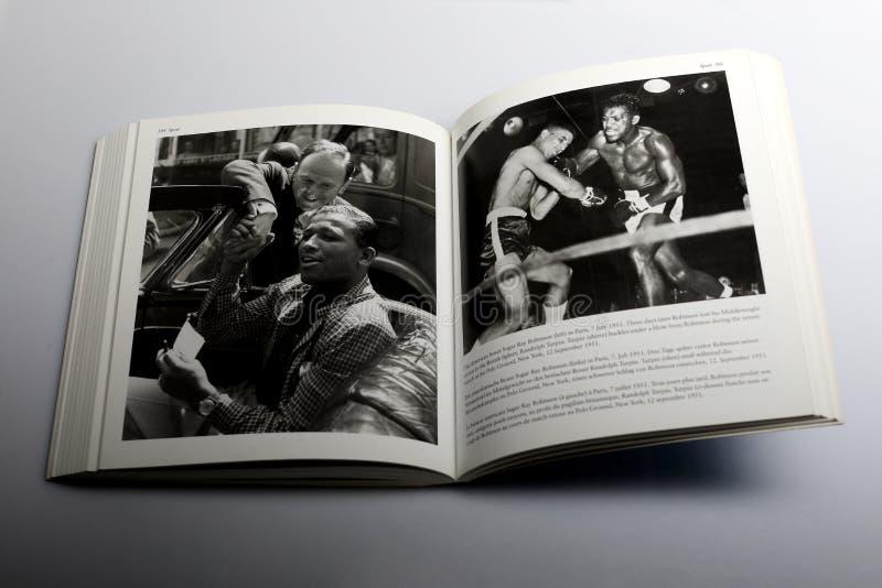 Fotografieboek door Nick Yapp, Amerikaanse bokser Sugar Ray Robinson in Parijs stock foto