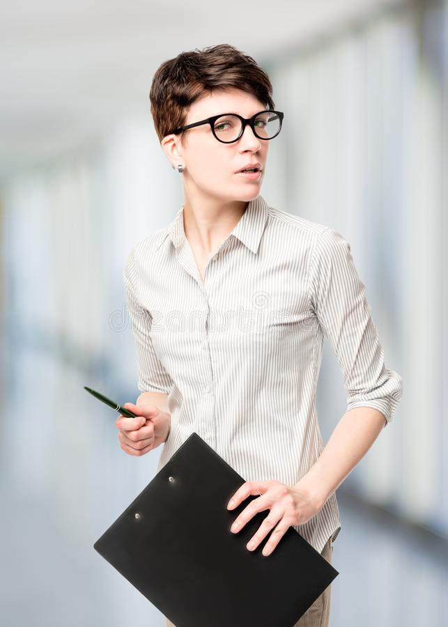 FotografieGeschäftsfrau mit einem Ordner auf einem weißen Hintergrund I lizenzfreies stockbild