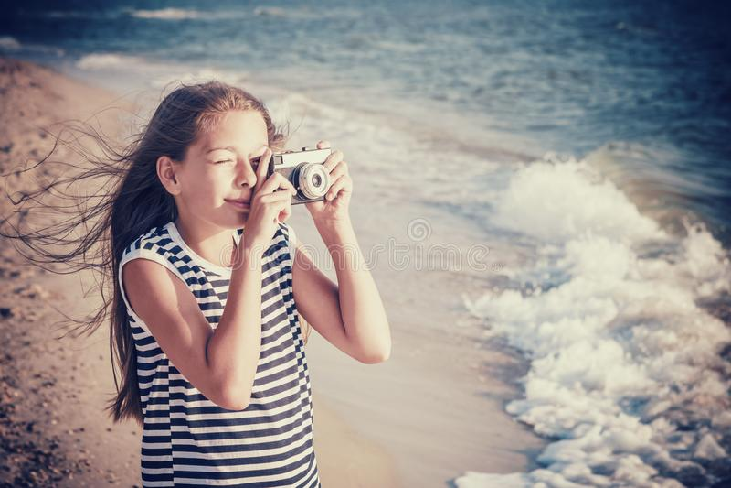 Fotografier f?r ton?rs- flicka p? havsstranden arkivbild
