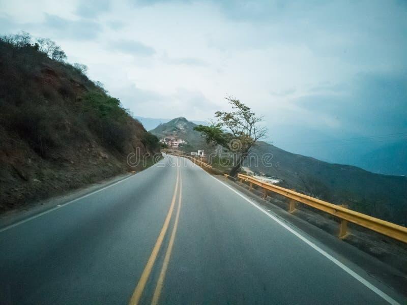 FOTOGRAFIER MED TAPPNINGSTIL AV LANDSKAPET AV CHICAMOCHA-KANJONEN OCH VÄGEN SOM KORSAR DEN I COLOMBIA royaltyfri bild