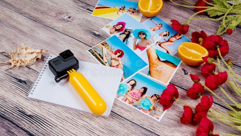 Fotografier och fotografisk utrustning på en träbakgrund royaltyfria foton