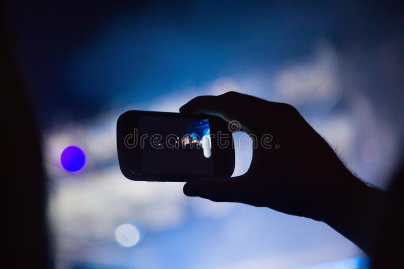 Fotografieren mit Handy am Konzert lizenzfreies stockbild